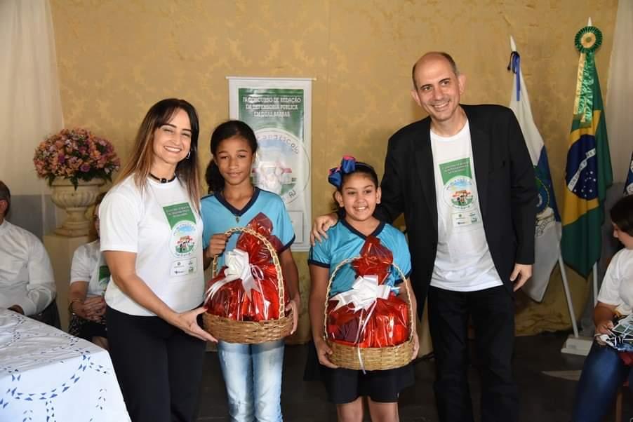 """Os vencedores foram agraciados com um troféu e com os livros """"A Droga da Obediência"""" e """"A Droga da Amizade"""", do escritor brasileiro Pedro Bandeira."""